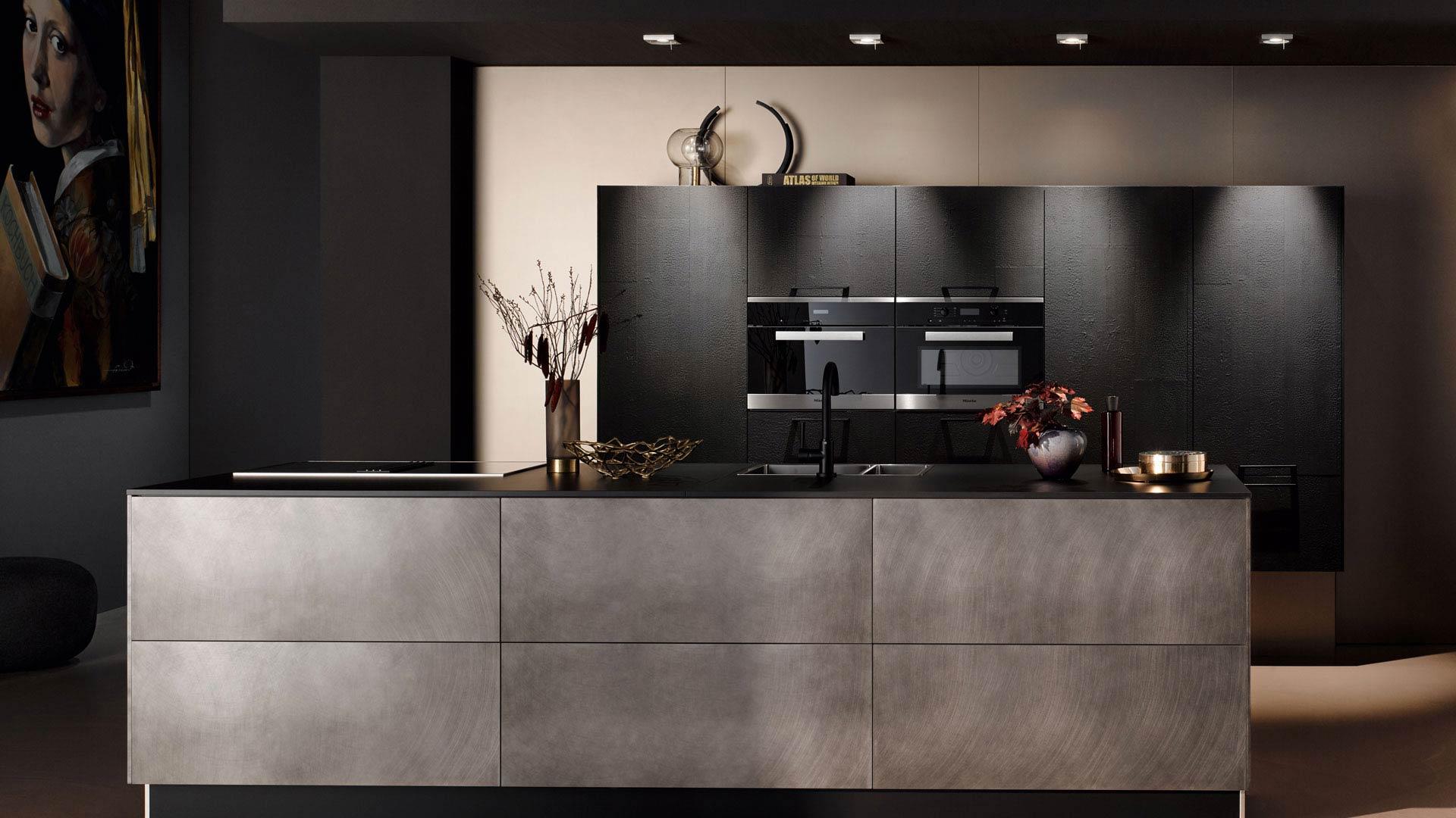 Moderne Häcker Küche mit hochwertigen Fronten bei Küchenstudio Ebner & Spuller in der Steiermark
