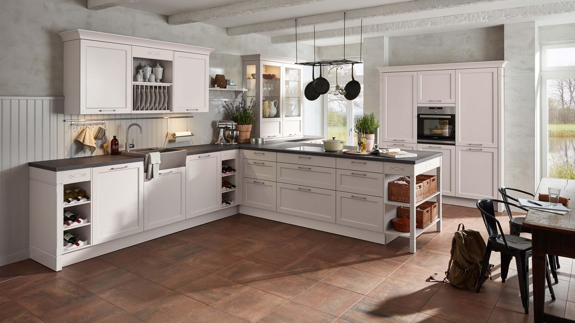 Weiße Landhausküche im Küchenstudio Miele Center Ebner & Spuller in Graz