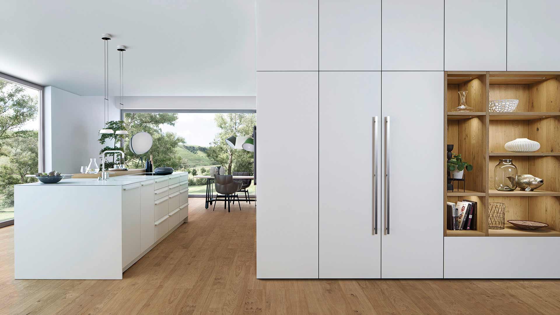 Leicht Küche in Weiß mit Kücheninsel bei Miele Center Ebner & Spuller in Graz